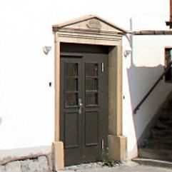 Seitliche Eingangstür des Weltklosters